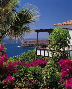 Die Gartenanlage von La Tecina sucht ihresgleichen, hier mit lila blühenden Bougainvillea, mit großen Palmen, die sich im Wind des Atlantik wohlfühlen wie auch die Gäste dieser Hotelanlage La Tecina. Foto: Hotel