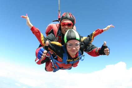 Paar beim Fallschirmspringen