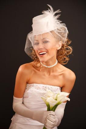 Braut mit Hut und Netzschleier