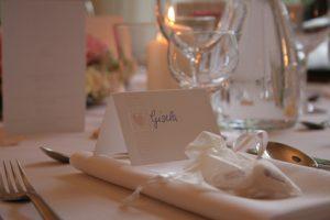 Hochzeitsmandeln auf Menüteller