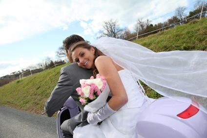 Brautpaar auf Roller unterwegs