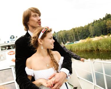 Brautpaar auf Boot unterwegs