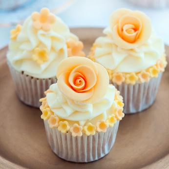 Cupcakes mit orangener Rose
