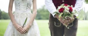 Hochzeit - Bräutigam hält Brautstrauß Tracht