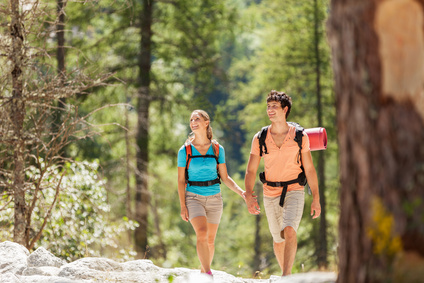 Wanderndes Paar im Wald