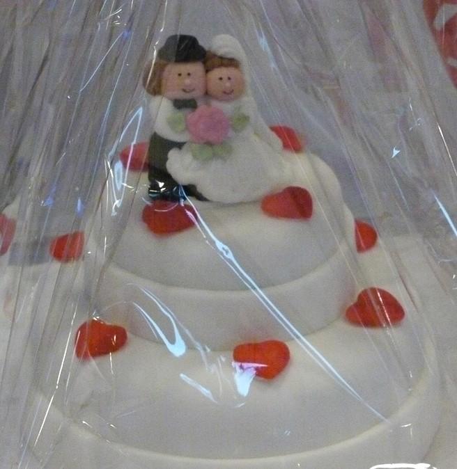 Weiße Torte mit erdbeerherzenaugust