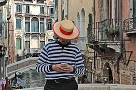 venice-1462823__180 Gondoliere mit Handy
